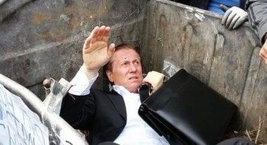 Manifestantes jogam deputado numa lata de lixo