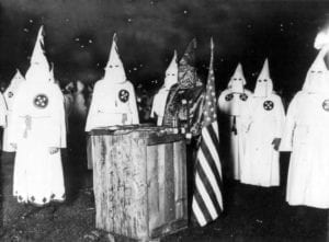 KKK night rally in Chicago c1920edit  300x221 Pai de Trump era membro da KKK
