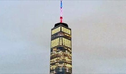 One World Trade Center foi iluminada com as cores da bandeira francesa