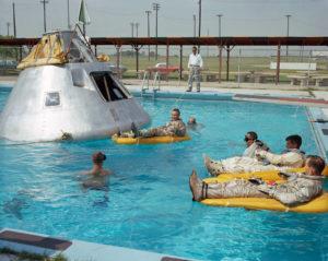 Est3bpwXUAEhWtn 300x239 Astronautas da Apollo 1 durante treinamento na água, junho de 1966: #NASA