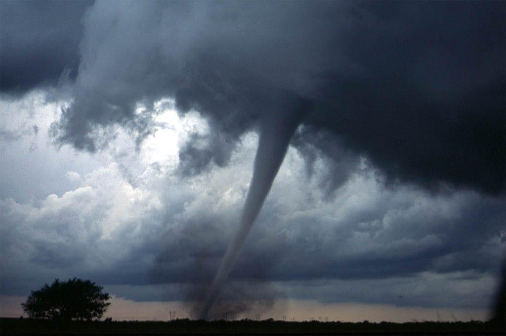 Tornado no meio-oeste dos Estados Unidos