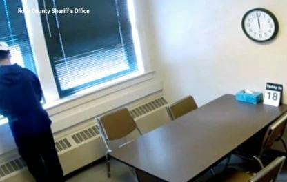 Fuga emocionante: adolescente pula da janela da sala de interrogatório